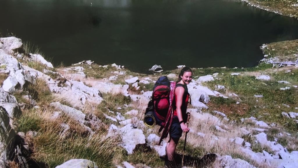 Diana bergen met rugzak bij meer